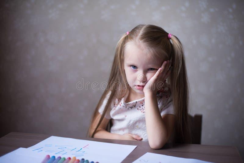 De kleine gedachte van het blondemeisje stock foto's