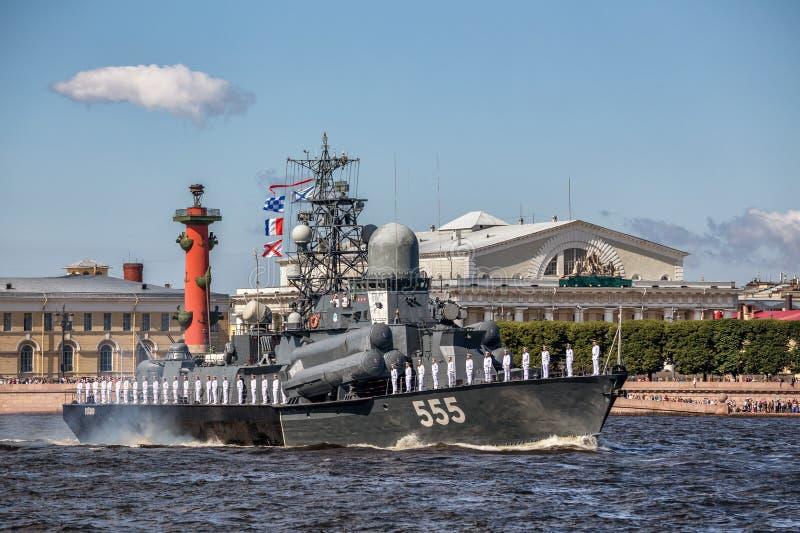 De kleine Geiser van het raketschip bij de repetitie van de zeeparade op de dag van de Russische Vloot in St. Petersburg royalty-vrije stock foto
