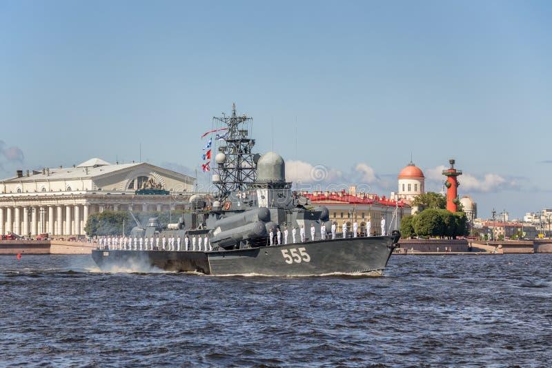 De kleine Geiser van het raketschip bij de repetitie van de zeeparade op de dag van de Russische Vloot in St. Petersburg stock fotografie