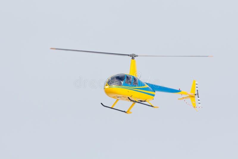 De kleine helikopter kwam bij de luchthaven aan stock afbeeldingen