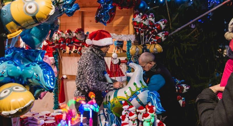 De kleine houten hut of is verkochte Kerstmanhoeden en ballons stock foto's