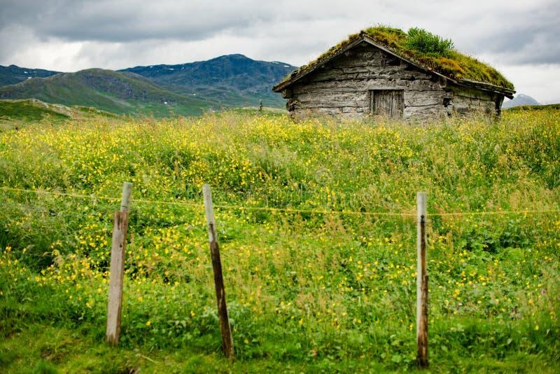 De kleine hut in Noorse berg stock afbeelding