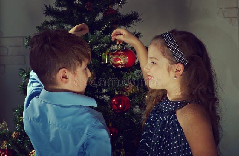 De kleine jonge geitjes verfraaien Kerstboom royalty-vrije stock fotografie