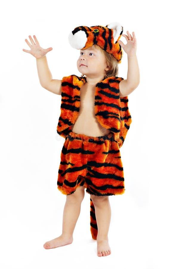 De kleine jongen in een kostuum van een tijger royalty-vrije stock fotografie