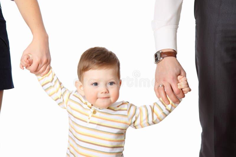 De kleine jongen houdt de handen van de ouder royalty-vrije stock afbeeldingen