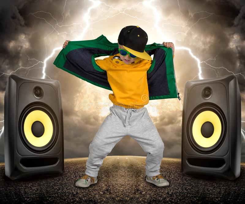 De kleine jongen in de stijl van Hiphop Kinderen` s manier GLB en jasje Jonge Rapper Koele danser stock foto