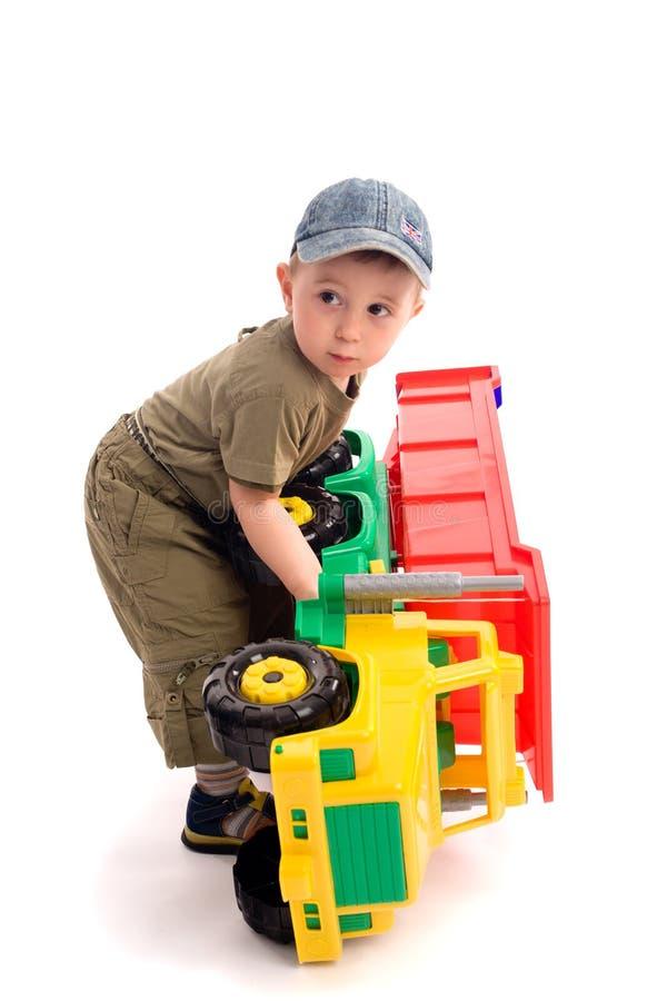 De kleine jongens spelen met stuk speelgoed vrachtwagen royalty-vrije stock afbeelding