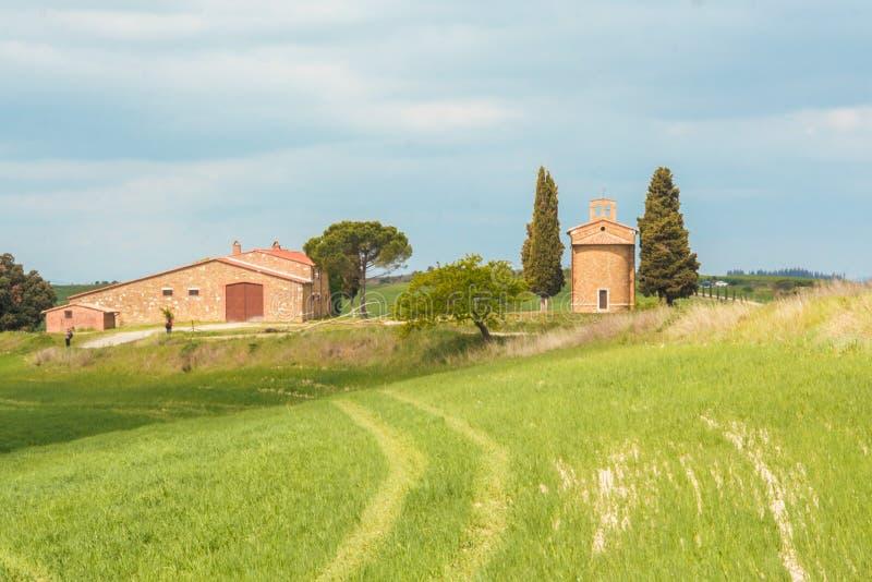 De kleine kerk van Vitaleta in Val D ` Orcia stock fotografie