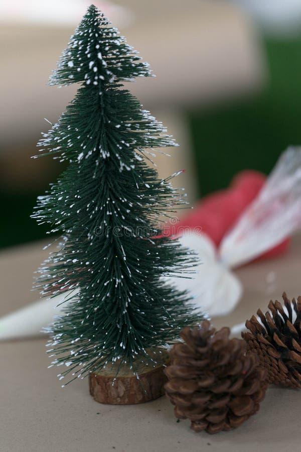 De kleine Kerstmis of bontboom met denneappel verfraait royalty-vrije stock foto's