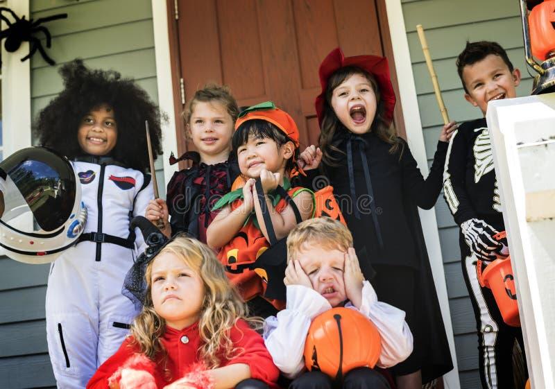 De kleine kinderen bedriegen of behandelend op Halloween royalty-vrije stock fotografie