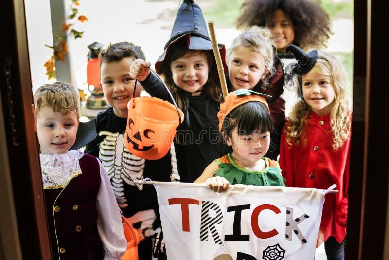 De kleine kinderen bedriegen of behandelend op Halloween royalty-vrije stock foto's