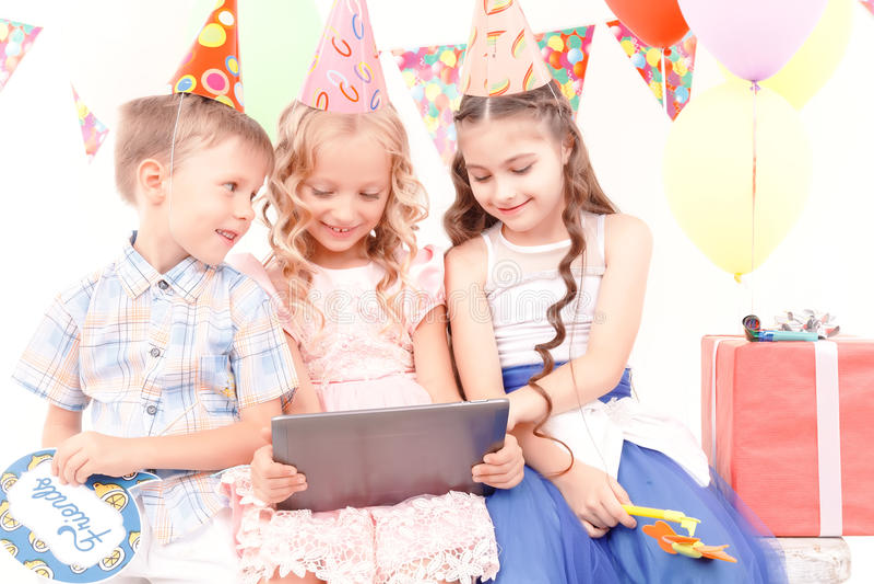De kleine kinderen die stellen met verjaardagsgeschenk stock foto's