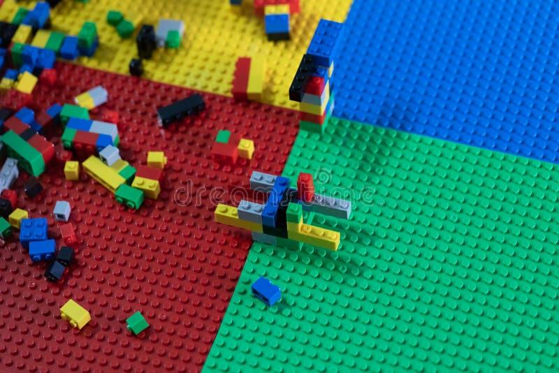De kleine kinderen spelen speelgoed op de Algemene Vergadering stock afbeeldingen