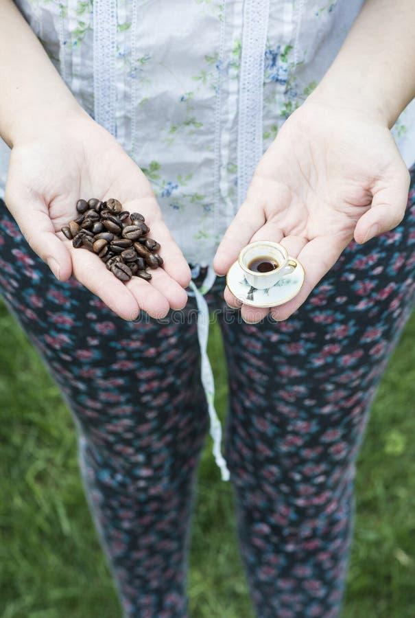 De kleine kop van de handgreep van koffie royalty-vrije stock afbeeldingen