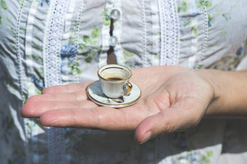 De kleine kop van de handgreep van koffie royalty-vrije stock fotografie