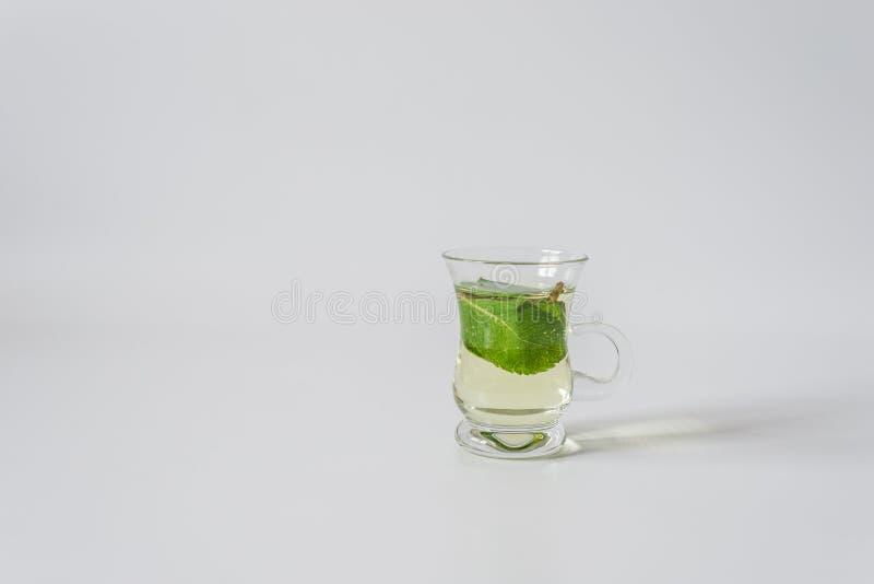 De kleine kop van de glasthee met mentha doorbladert royalty-vrije stock fotografie