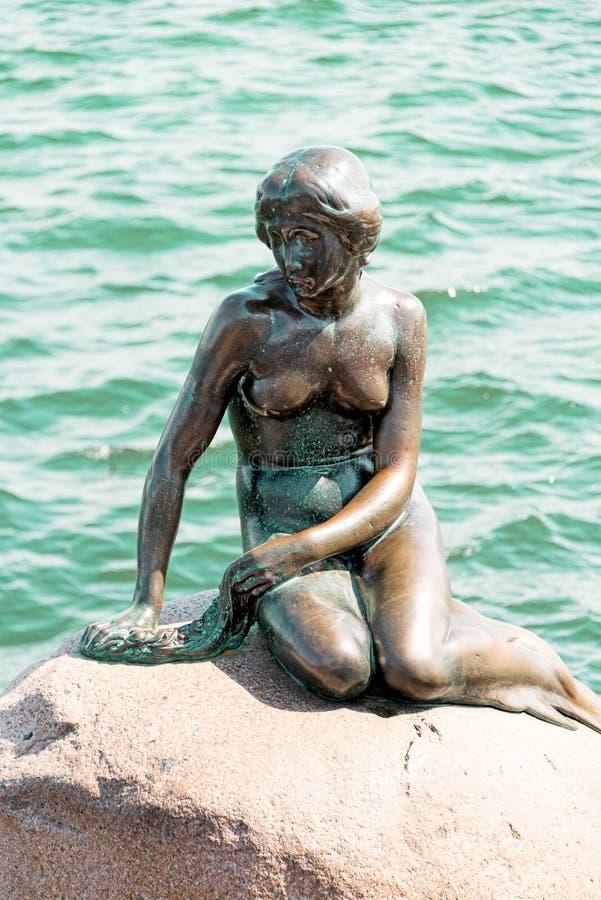 De Kleine Meermin is een bronsstandbeeld door Edvard Eriksen, depicti stock foto's
