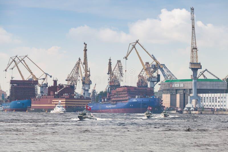 De kleine militaire boten gaan op Neva River stock afbeelding