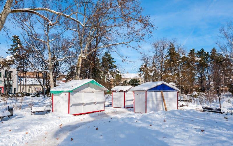 De kleine openbare houten plattelandshuisjebarakken of de huizen in het park voor straatventers of de verkopers in de stad sloten stock foto