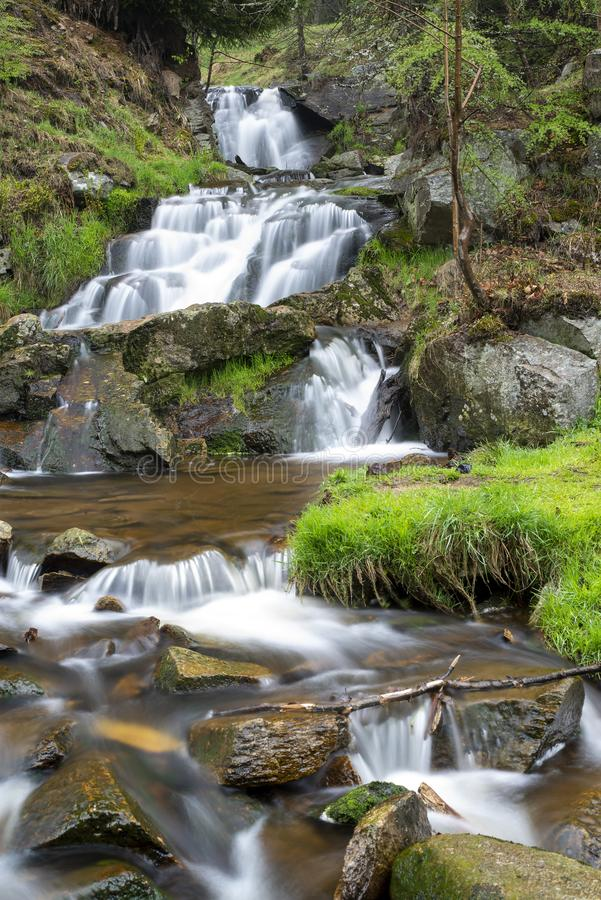 De kleine rivier met stenen aardige vlot ziet eruit stock foto's