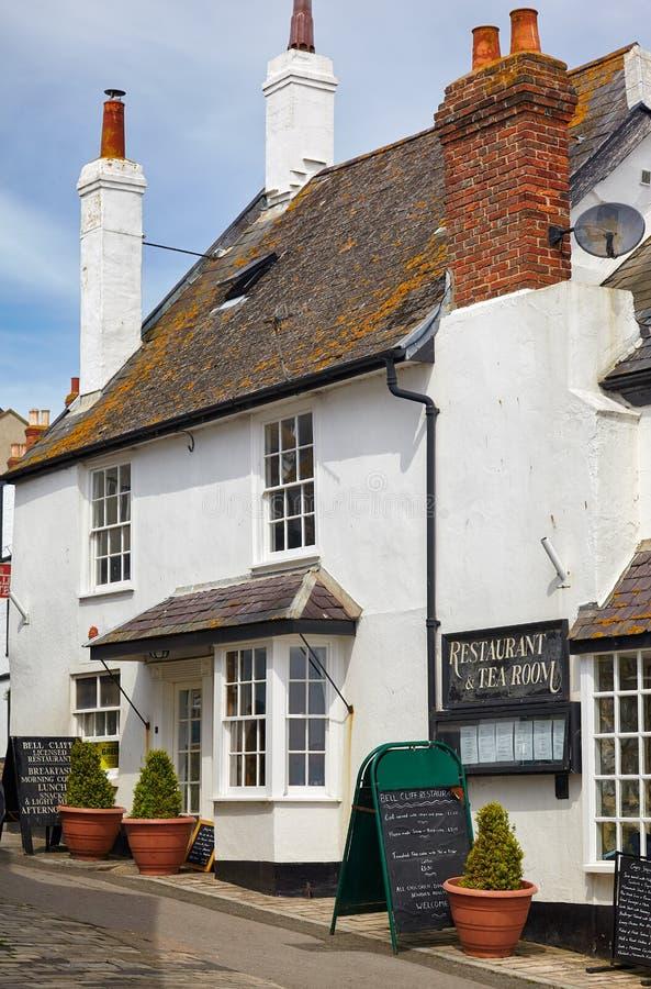 De kleine straat van de kuststad van Lyme REGIS West-Dorset engeland stock foto's