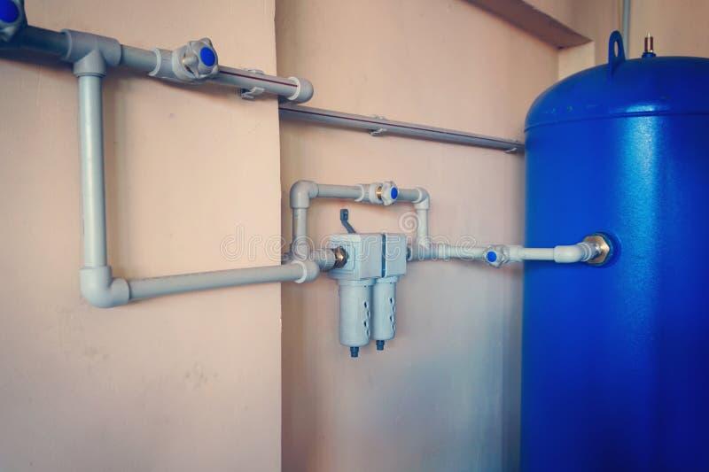 De klep van de controlelucht, haan, klep, reservoir van luchtcompressor die plastic pijp met behulp van bij de elektrische centra stock fotografie