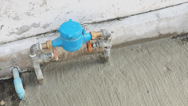 De klep van waterloodgieterswerk plaatste een voorzijde van huis heeft exemplaarruimte stock afbeeldingen