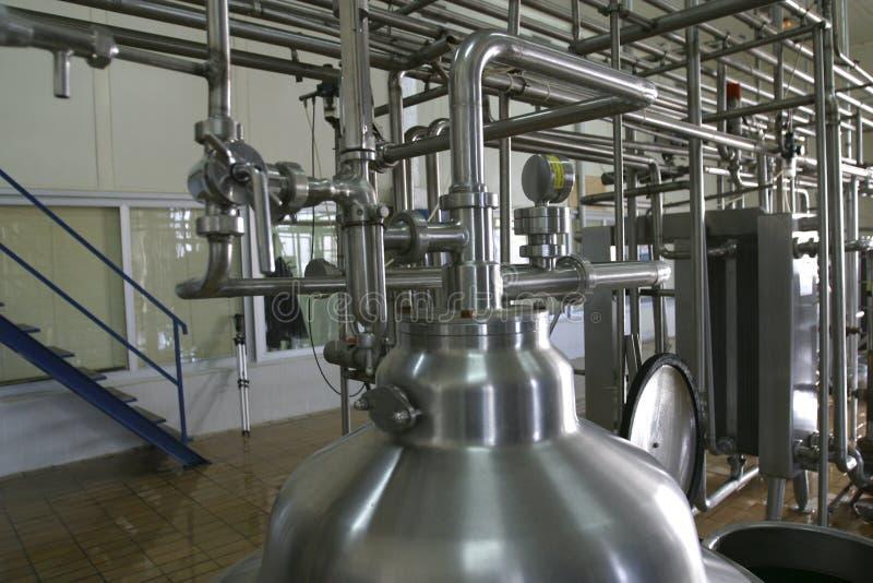 De kleppen van pijpen en druktank in fabriek stock afbeelding