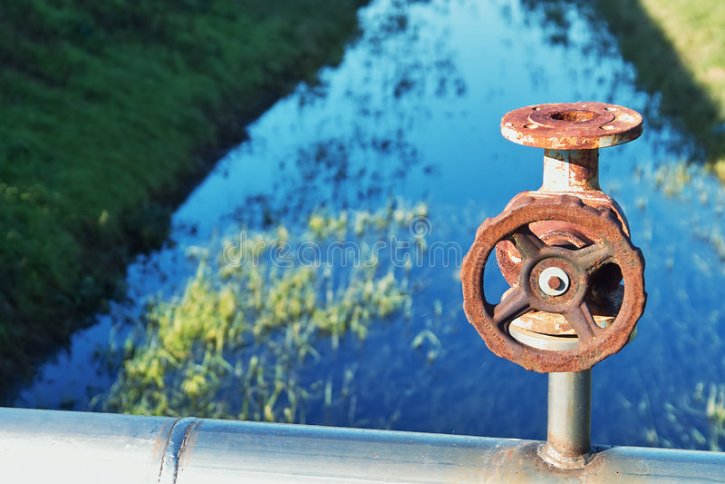 De klepwiel van het water op het gebied royalty-vrije stock fotografie