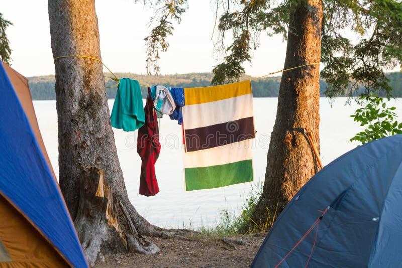 De kleren en de handdoek hangen om door tenten te drogen royalty-vrije stock fotografie