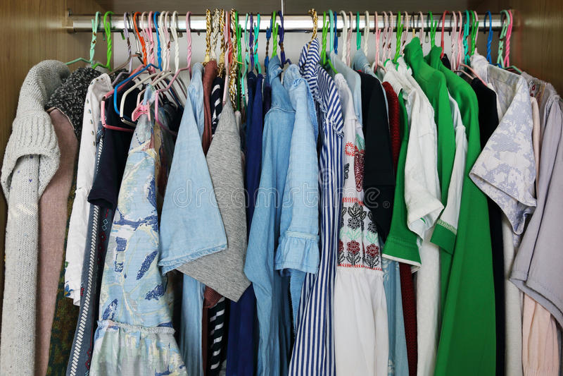 de kleren hangen in kast royalty-vrije stock afbeelding