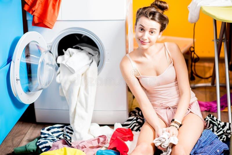De kleren van de vrouwenwas thuis royalty-vrije stock afbeelding
