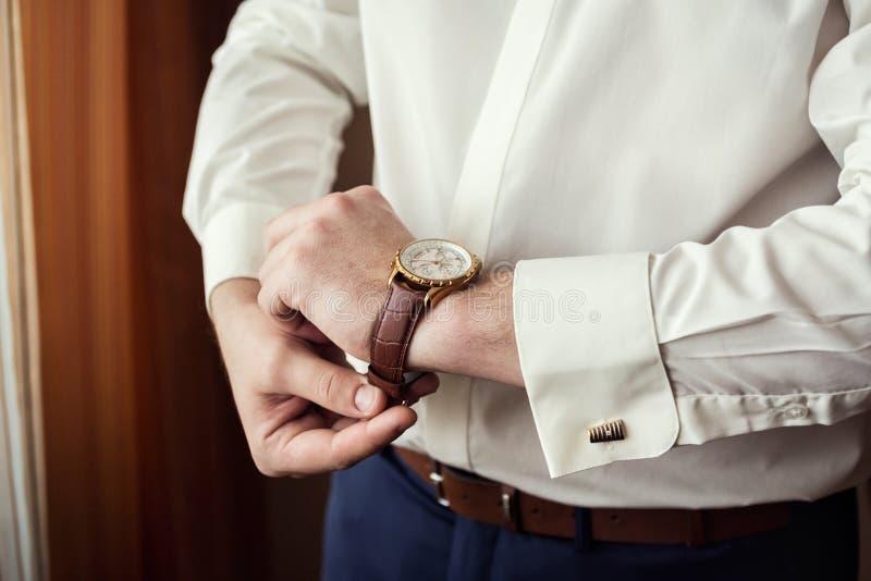 De kleren van de zakenmanklok, zakenman die tijd controleren op zijn wris royalty-vrije stock afbeeldingen