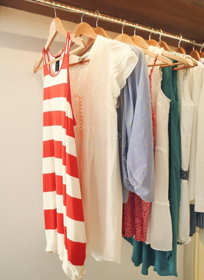 De kleren van de vrouw op hanger in ruimte royalty-vrije stock fotografie