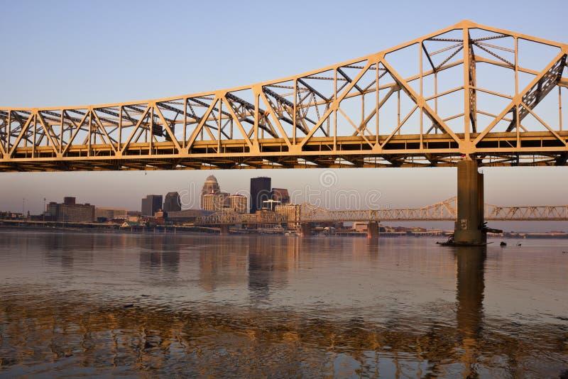 De kleuren van de zonsopgang op de brug in Louisville stock foto's