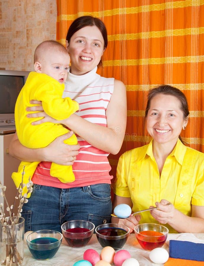 De kleurende eieren van de familie voor Pasen stock foto's