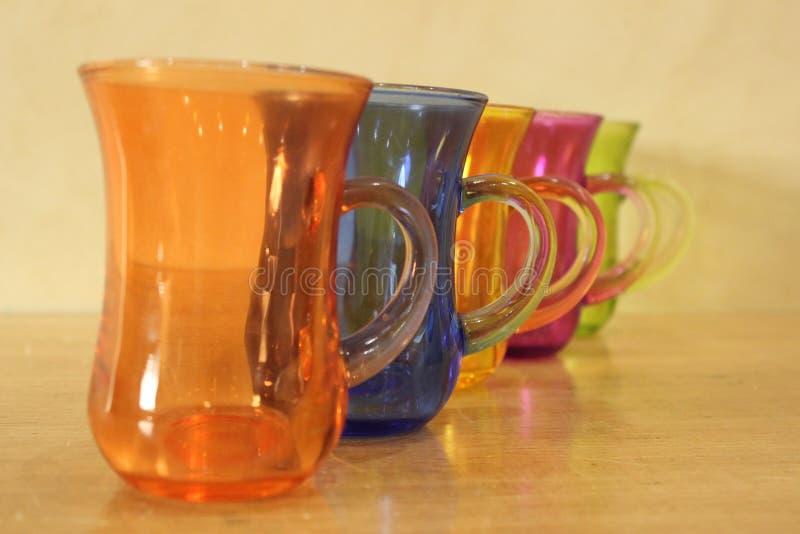 De kleureninzameling van theekoppen stock afbeelding