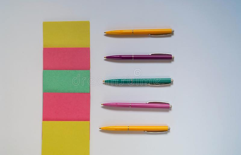 De kleurenpennen, inzameling van schoollevering, kantoorbehoeften voor het nemen van nota's over witte achtergrond, exemplaar spa stock afbeelding