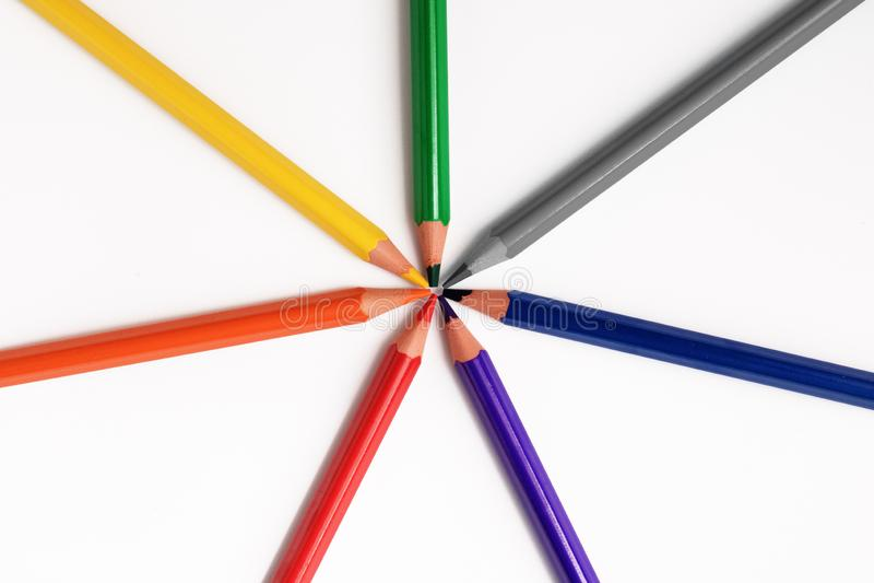De kleurenpotloden sluiten omhoog op witte achtergrondregenboogkleur stock afbeelding