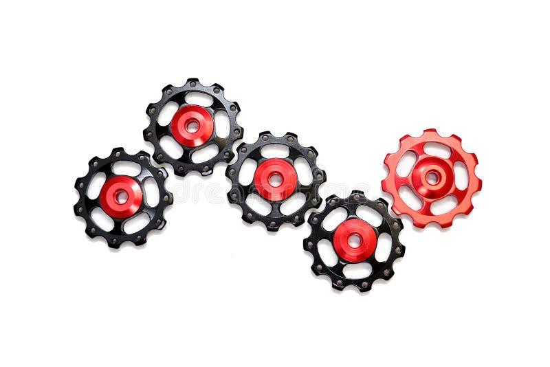 De kleurenrollen, zwarte, rode die toestellen voor fiets brengen derailleur groot op witte achtergrond wordt geïsoleerd royalty-vrije stock afbeeldingen