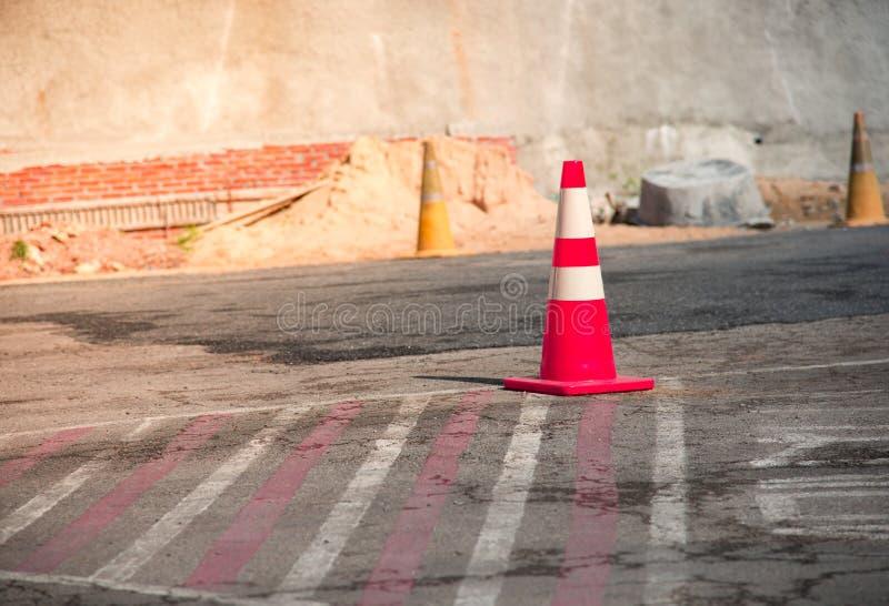 De kleurensinaasappel van de verkeerskegel voor verdelingsparkeerterrein op weg of F royalty-vrije stock foto
