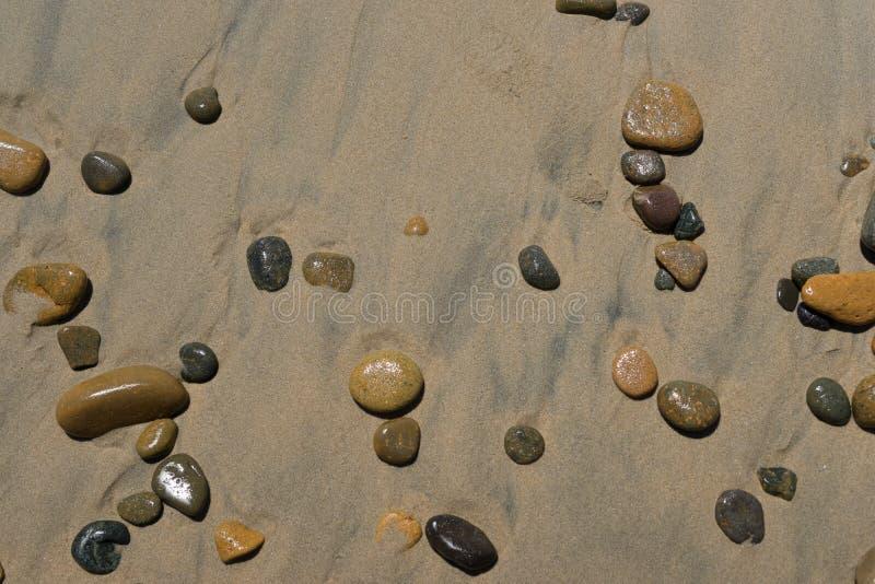 De kleurenstenen op de kust royalty-vrije stock afbeelding