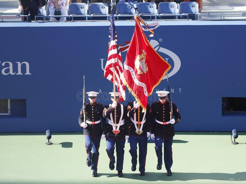 De Kleurenwacht van de V.S. Marine Corps tijdens de openingsceremonie van US Open 2013 vrouwen definitieve gelijke stock afbeelding