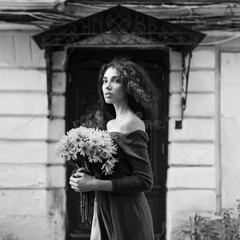 De kleurloze foto van de manierstijl van een jonge vrouw stock fotografie