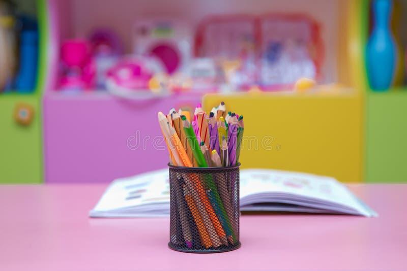 De kleurpotloden in een potloodgeval blured achtergrond De pen, het potlood en de toebehoren in zwarte mand blured  royalty-vrije stock foto