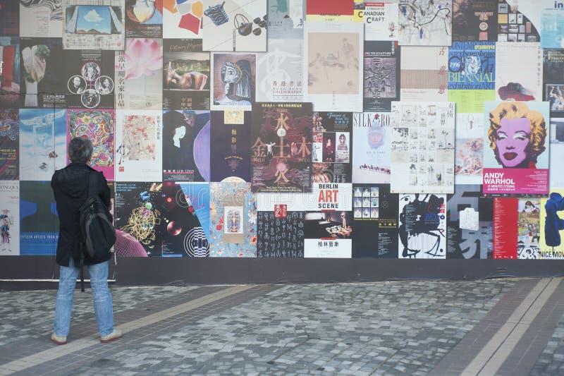 De kleurrijke affiches van Hong Kong op muur stock fotografie
