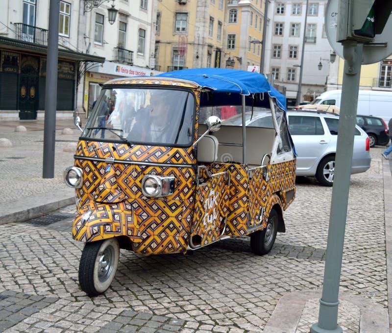 De kleurrijke Auto van Tuk Tuk in Lissabon stock afbeeldingen