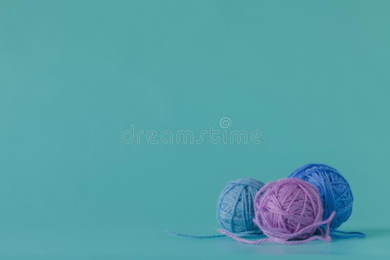 De kleurrijke ballen van het wolgaren De bal van het wolgaren Kleurrijke draden voor handwerk stock afbeelding
