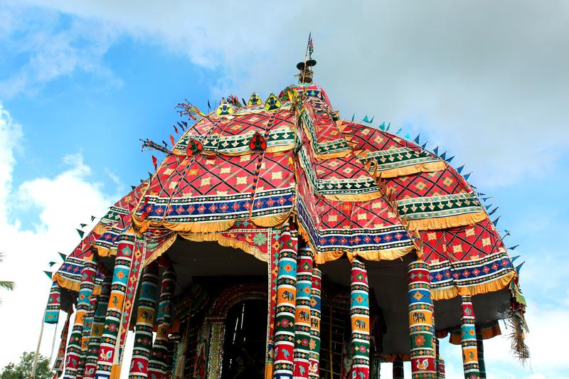 De kleurrijke bovenkant van de grote tempelauto van Thiruvarur royalty-vrije stock foto's