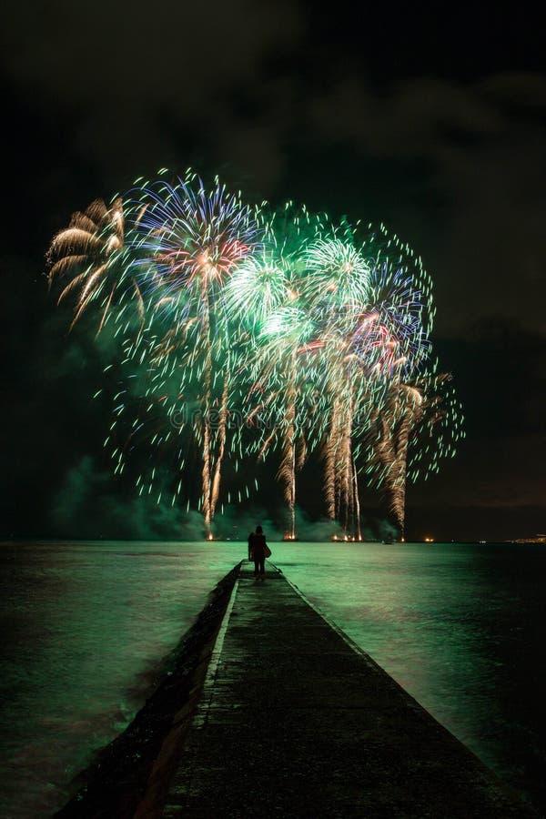 De kleurrijke brandwerken in Hawaï stock afbeeldingen